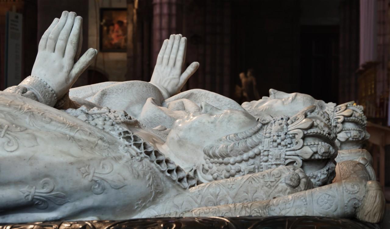 http://upload.wikimedia.org/wikipedia/commons/0/05/Catherine_de_Medicis_Henri_II_gisants_basilique-Saint-Denis.jpg