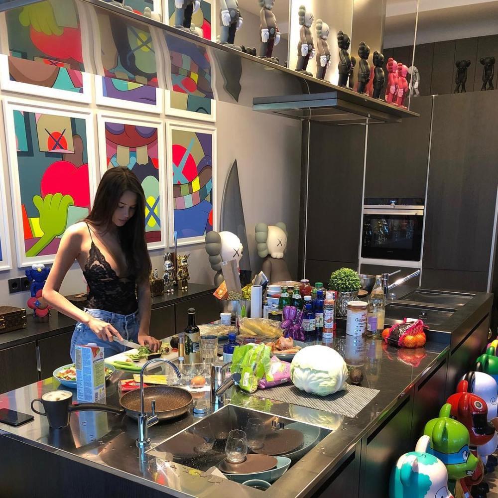 Решетова показала, в чем готовит ужин Тимати — фото