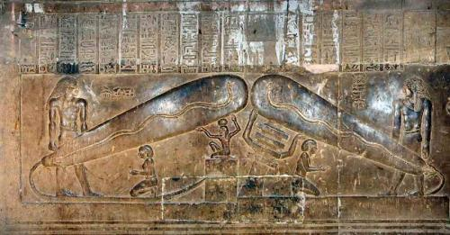 Барельефы в храме ХатхорИстория создания современной лампочки знает практически любой школьник, но историки утверждают, что древние египтяне, скорее всего, также были знакомы с этим предметом. На обнаруженных в 1969 году барельефах в храме богини Хатхор ученые нашли изображения предметов, устройство и форма которых разительно напомнило им электрические лампы. Тут же вспомнили и том, что в гробницах не были обнаружены следы копоти…