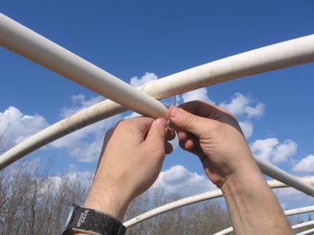 Закрепление пвх трубы в высшей точке дуг: Установка ребра жесткости.