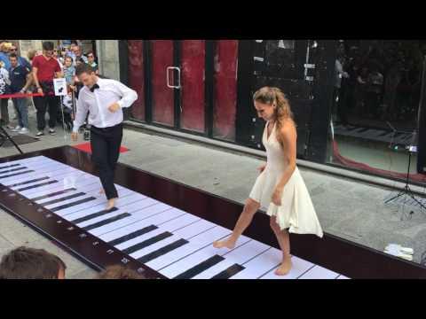 Можно ли играть на пианино ногами? Можно!