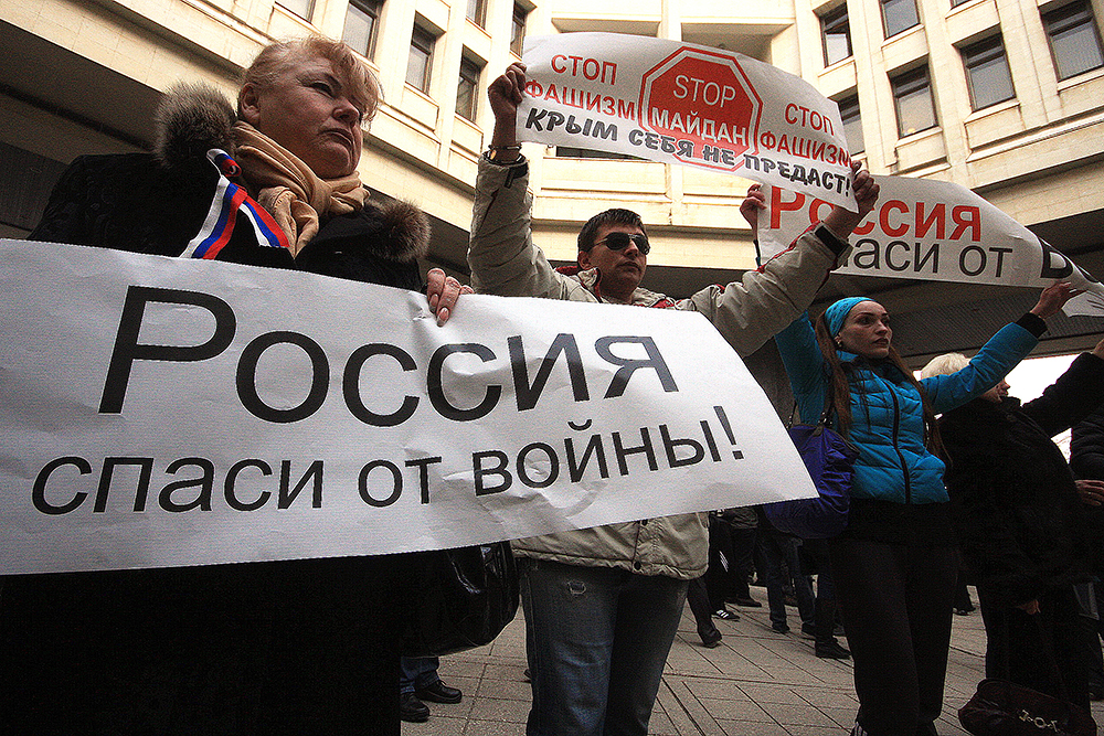 У парламента Крыма начались столкновения