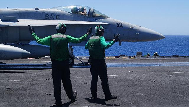 """""""Обычный полёт"""": Истребитель F-18 с авианосца """"Карл Винсон"""" булькнулся в море"""
