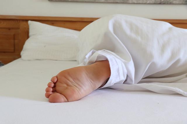 Чем опасен телефон под подушкой во время сна