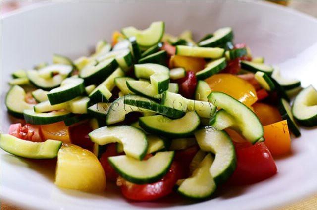 Салат с сухариками и помидорами