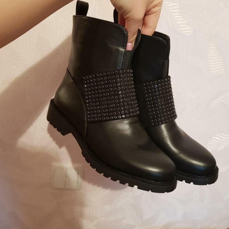 Черные осенние ботинки с декором. /Фото: cache3.youla.io