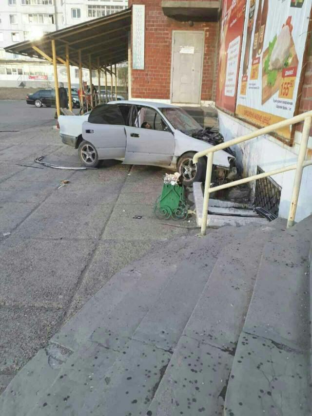 Пьяные работники автосервиса угнали машину клиента и попали в смертельное ДТП