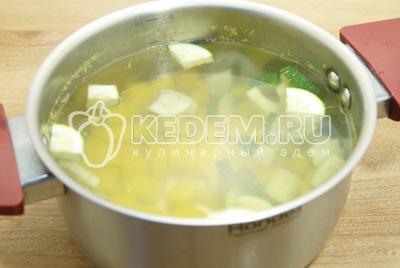 Овощи отварить в кипящей воде 3-5 минут.