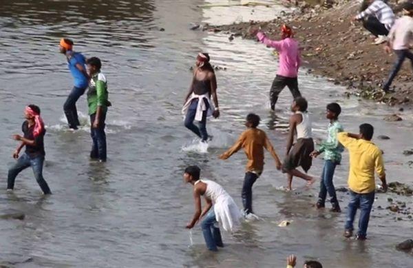 Более 460 человек пострадали вовремя фестиваля метания камней вИндии
