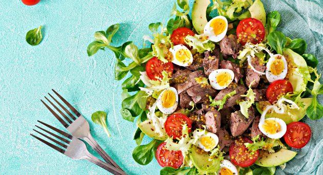 Тёплый салат с куриной печенью, авокадо и перепелиными яйцами