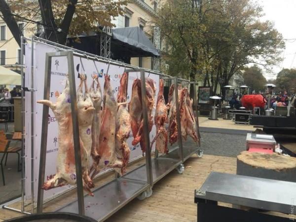 В центре Одессы майданутый ресторатор устроил бойню. Его заведение есть и в Москве!!!