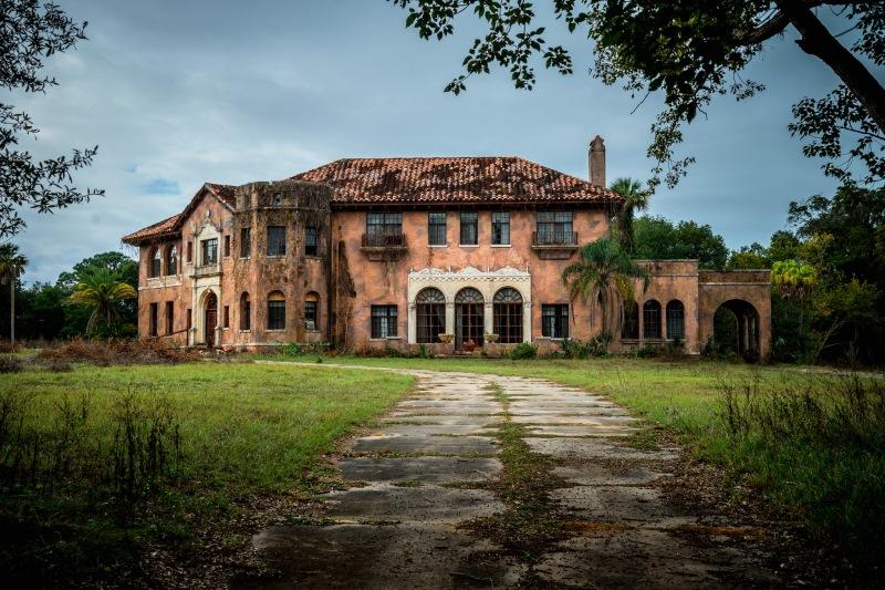 На первый взгляд, это обычный заброшенный дом. Но вы ахнете, заглянув внутрь!