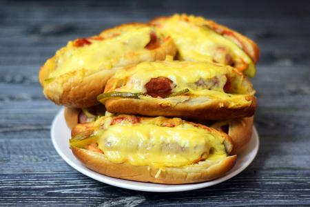 Фото к рецепту: Домашние хот-доги в духовке