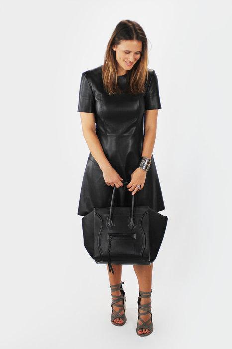 В четверг Томас выбрал для Анны черное кожаное платье и серые босоножки на каблуках. Из аксессуаров были сумка Celine и массивный металлический браслет, который прекрасно завершал образ.