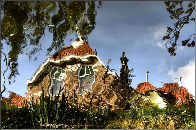 Отражение дома в воде. Фото