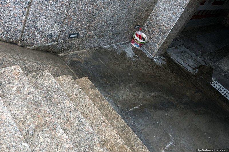 А это подземный переход прямо около президентского дворца. На фото не видно, но тут тоже лужа, повсюду плесень какая-то и все потихоньку разваливается Ашхабад, пыль в глаза, туркменистан