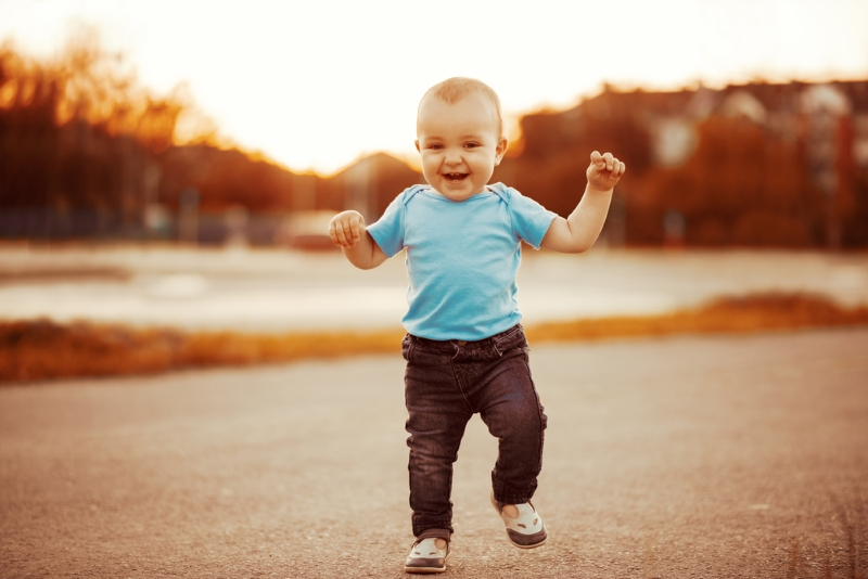 Ребенок бегает босиком по хо…