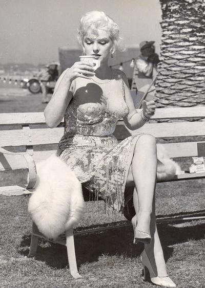 На первый взгляд может показаться, что на Душечке, героине Мэрилин Монро (Marilyn Monroe), на протяжении всего фильма «В джазе только девушки» (1959) нет нижнего белья.