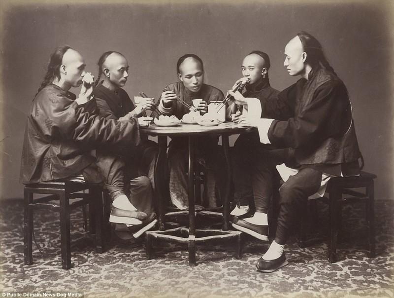 Мужчины за ужином в Гонконге, 1880 год Цин, китай, фотография, эпоха