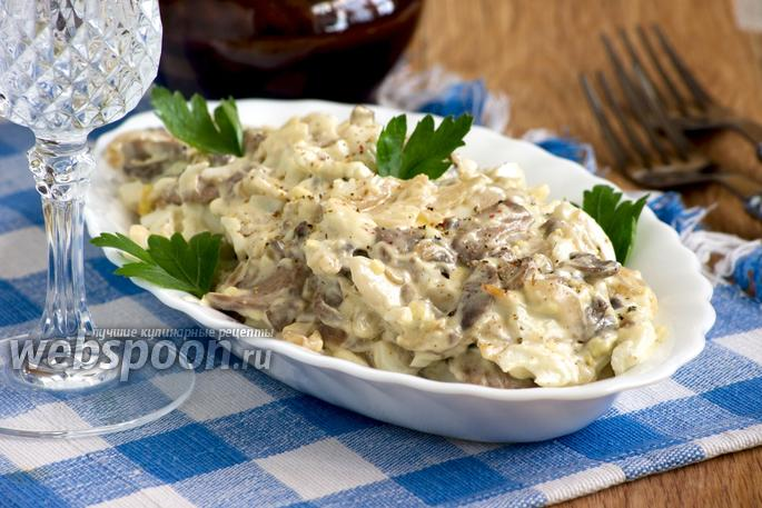 Салат с кальмарами, грибами и луком