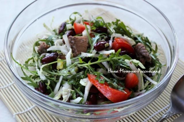 Салат с хрустящими сухариками и тунцом