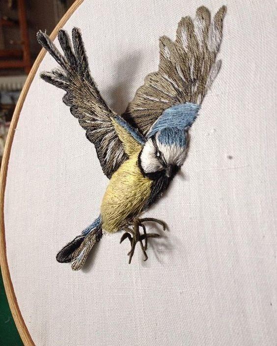 Эти вышитые птички будто вот вот готовы взлететь… Просто прелесть!