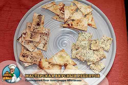 четыре вида чипсов на тарелке