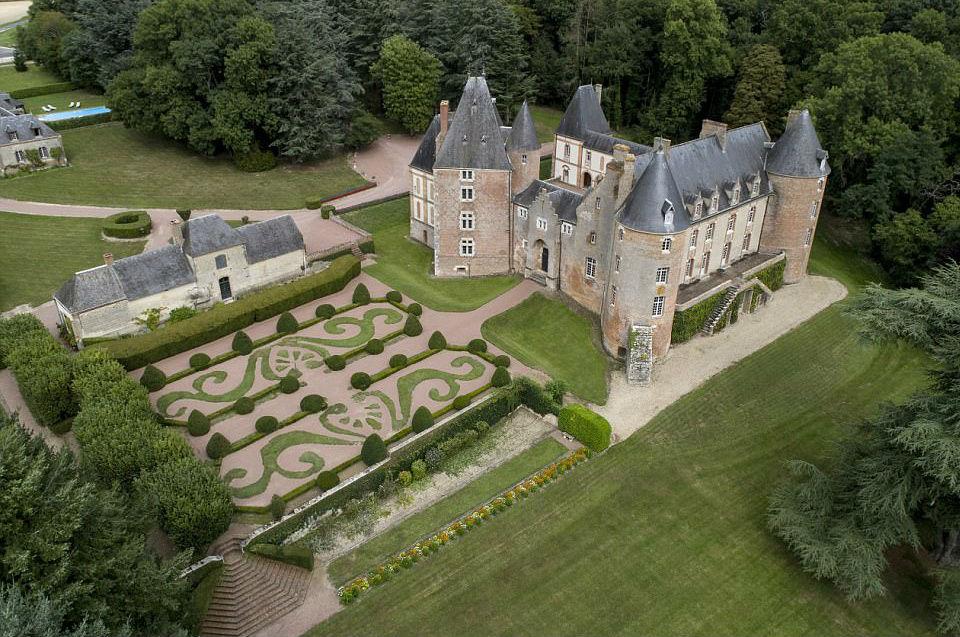 Дешевле, чем бокал вина: французский замок XV века продают на аукционе за один евро