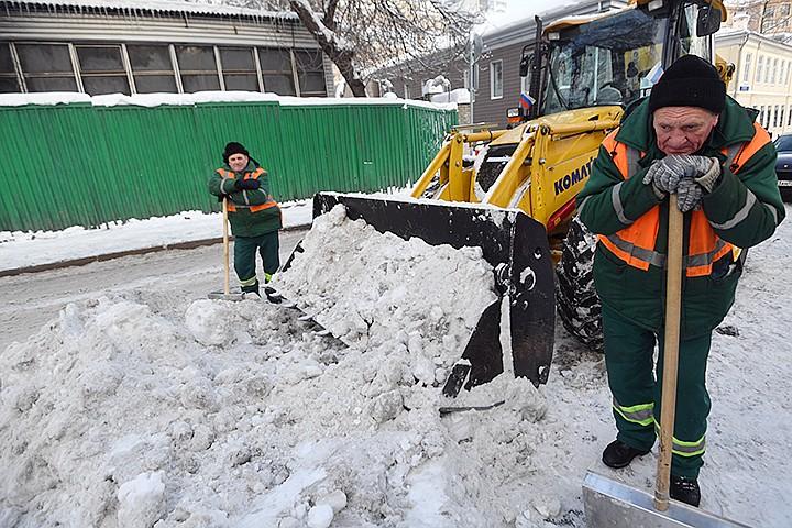 """Москвичи радуются снегопаду: """"Выбегу на улицу и брошусь лицом в снег"""""""