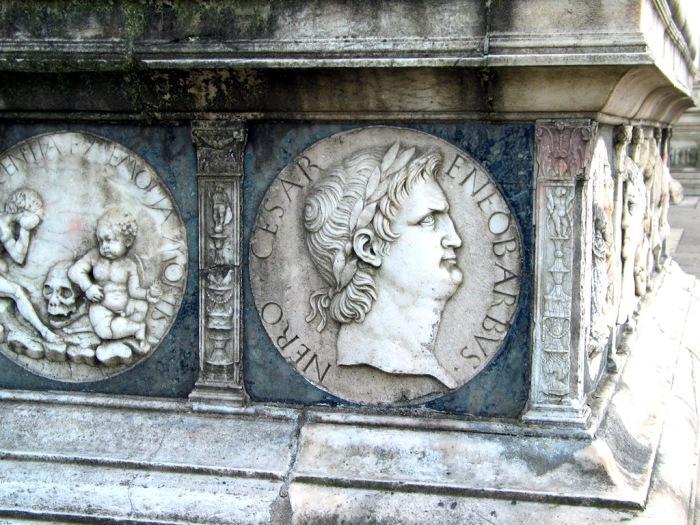 Нерон на фасаде Чертозы.