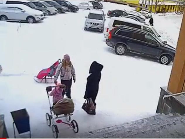 Полуторагодовалая девочка спасла мать от упавшей с крыши снежной глыбы
