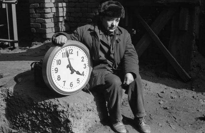 Нелёгкая работа часовщика-ремонтника, который занимается восстановлением, ремонтом и созданием часовых механизмов. СССР, Новокузнецк, 1980-е годы.