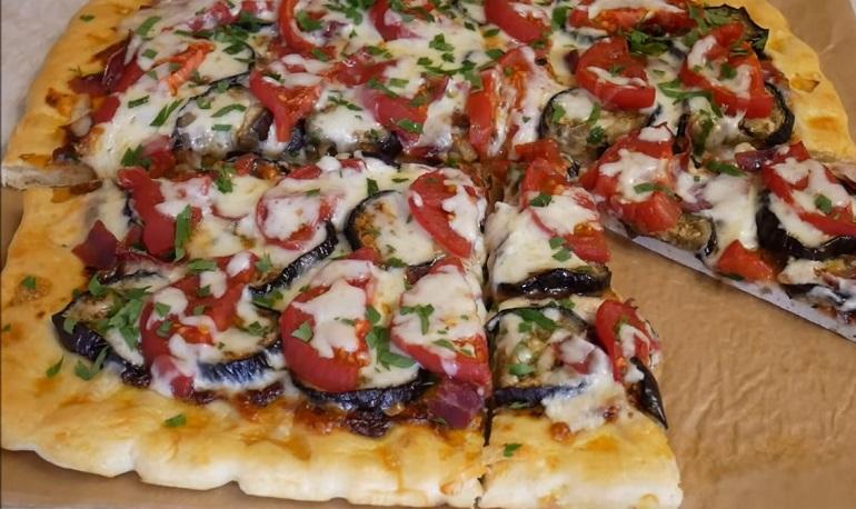 Вкуснейшая пицца с баклажанами: тесто делаем на воде