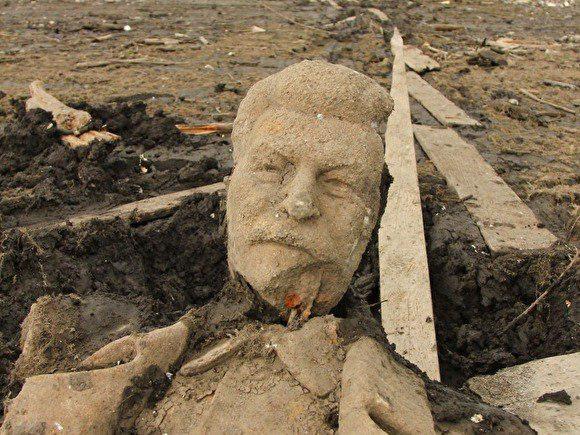 Памятник Сталину, сброшенный в пруд 60 лет назад