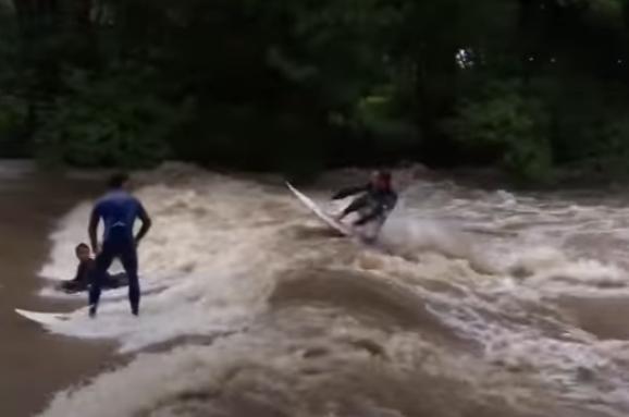 В Австралии экстремалы устроили серфинг во время тропического шторма