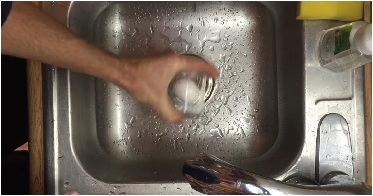 Представляем вам гениально простой способ почистить яйца