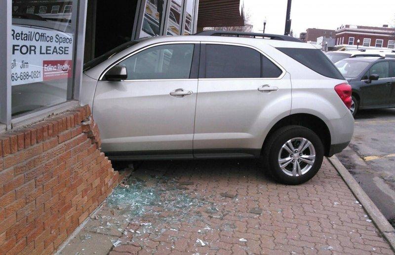 Ученица автошколы протаранила здание во время сдачи экзамена на права