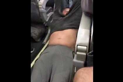 United Airlines потеряла 750 миллионов долларов из-за снятого с рейса пассажира