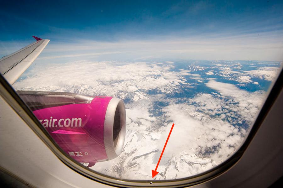 Зачем нужны отверстия в окнах самолета