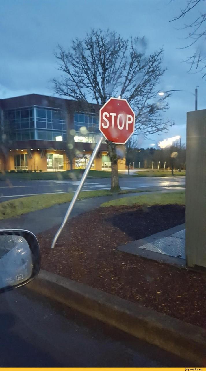 """Вместо того чтобы поправить столб, они просто открутили нижнюю гайку, дабы знак """"Stop"""" просто висел прямо."""