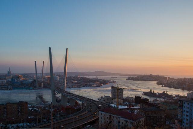 Четверо мужчин «прикинулись» автобусом, чтобы пересечь мост во Владивостоке