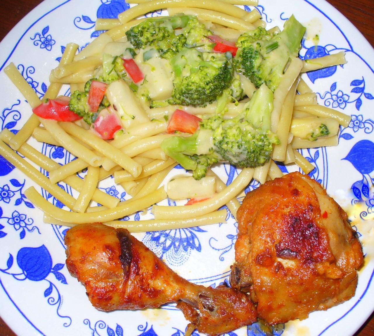 Курица-тикка (по индийскому рецепту) и Броколли с шпаргелем и паприкой в бешамель соусе и макароны .
