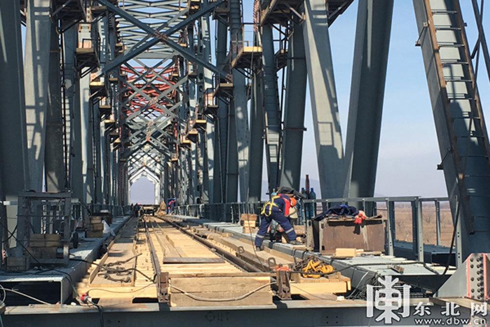 Россия и Китай соединили два основных блока моста через Амур