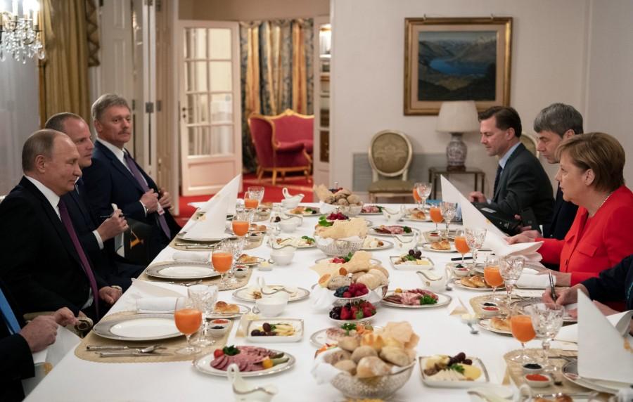 Барский стол и детский рисунок Путина на G20