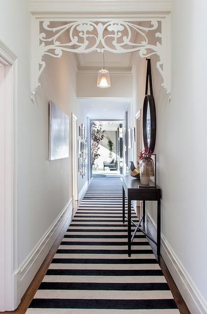 дорожка в черно-белую полоску в коридоре