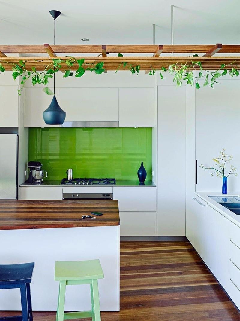 Белый - прекрасно гармонирует со всеми оттенками зеленого. На его фоне все цвета выглядят более насыщенно и ярко