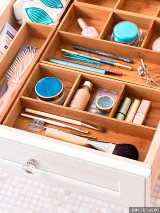 Для хранения мелочей в выдвижных ящиках лучше сделать перегородки. | Фото: home-ideas.ru.