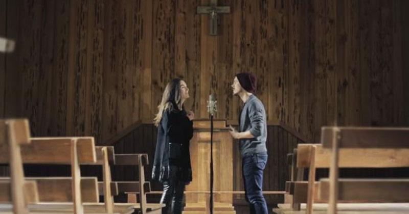 Молодая пара запела в пустой церкви. У вас тоже мурашки по коже от этого исполнения?