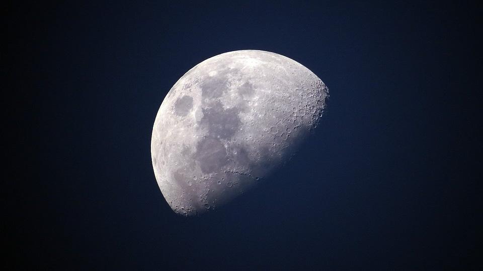 Луна сошла с орбиты и постепенно отдаляется от Земли