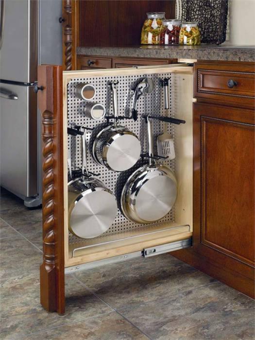 Установленные держатели на металлической сетке, будут отлично служить для вертикального хранения посуды.